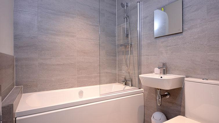 Main bathroom at Glassford Residence - Citybase Apartments