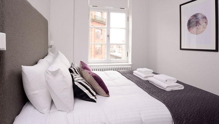 Cosy bedroom at Glassford Residence - Citybase Apartments