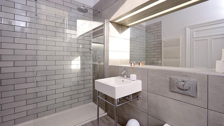 Modern bathroom at Distillers House - Citybase Apartments