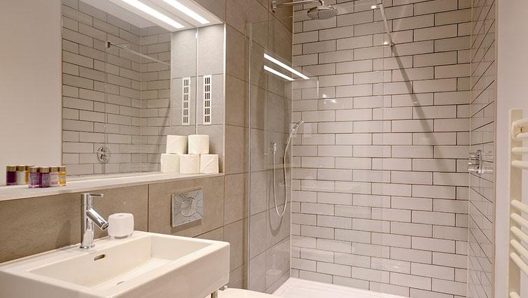 Family bathroom at Distillers House - Citybase Apartments