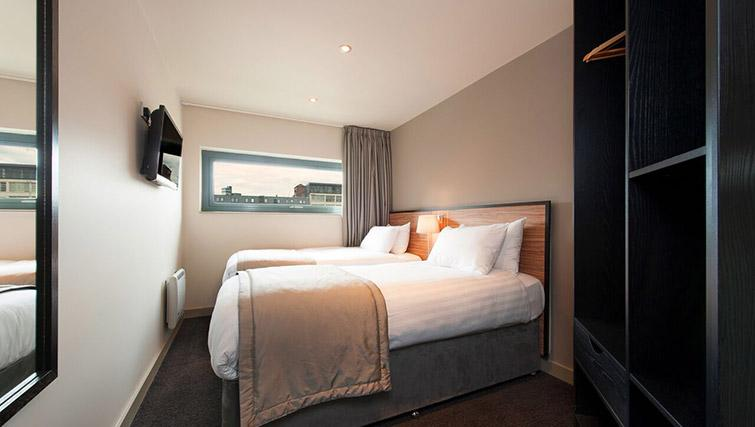 Twin beds at La Reserve Aparthotel - Citybase Apartments
