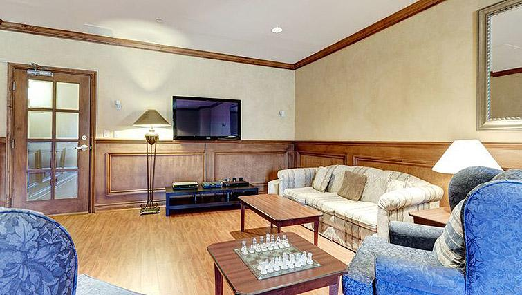 Communual lounge at Laurier East Apartments - Citybase Apartments