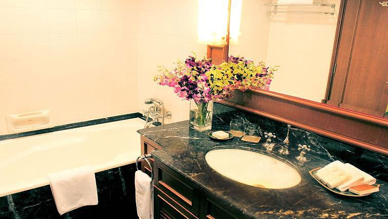 Bath at Treetops Executive Residences on Orange Grove Road, Singapore - Citybase Apartments