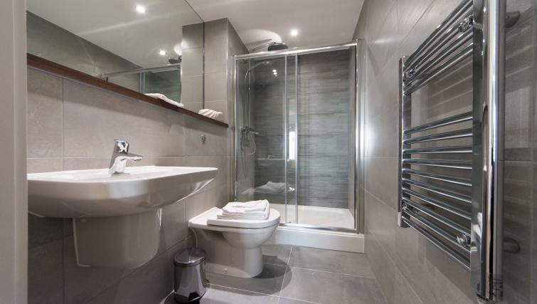 Shower room at Cambridge Street Apartments - Citybase Apartments