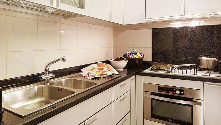 Equipped kitchen at Orchard Scotts Residences, Singapore - Citybase Apartments