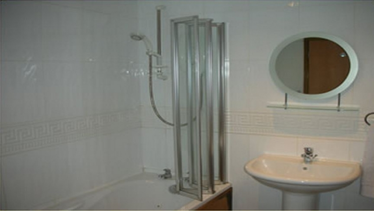 Well equipped bathroom in Trafalgar Warehouse Apartments - Citybase Apartments