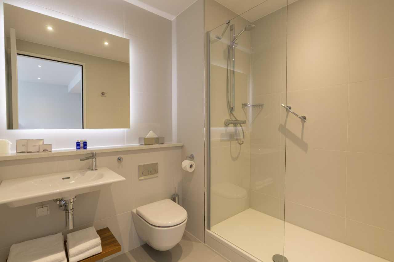 Bathroom at Premier Suites Plus Rotterdam - Citybase Apartments