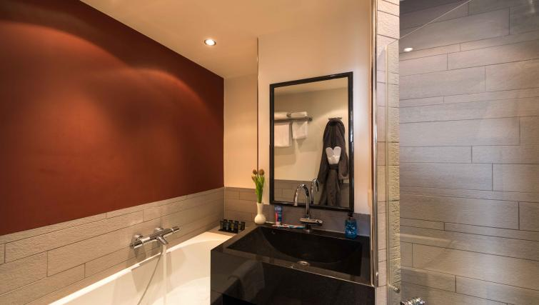 Full bathroom at Htel Amsterdam Buitenveldert - Citybase Apartments