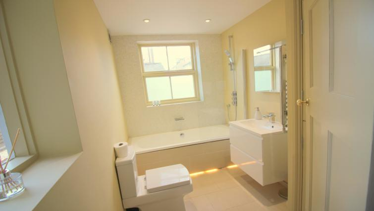 bathroom at the Cambridge City Apartments - Citybase Apartments