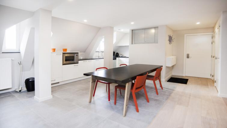 Dining table and chairs at Smartflats Meir - Citybase Apartments