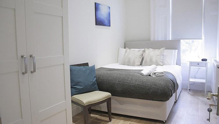 Double bed at Oxford Gardens Apartments - Citybase Apartments