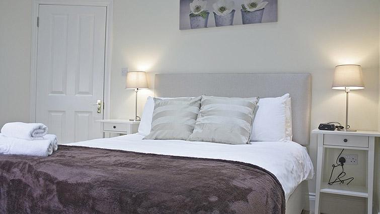 Master bedroom at Oxford Gardens Apartments - Citybase Apartments