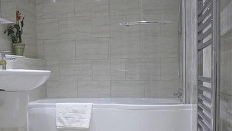 Bath at Oxford Gardens Apartments - Citybase Apartments