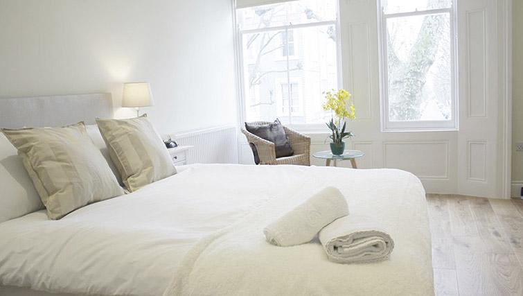 Bed at Oxford Gardens Apartments - Citybase Apartments