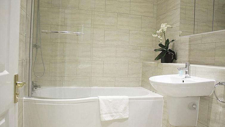Bathroom at Oxford Gardens Apartments - Citybase Apartments