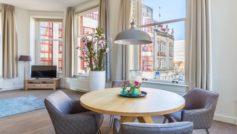 Table at City Hall Bridge Apartments - Citybase Apartments