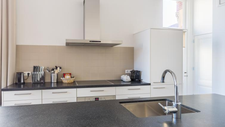 kitchenette at City Hall Bridge Apartments - Citybase Apartments