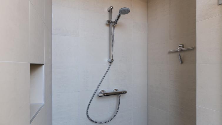 Shower at City Hall Bridge Apartments - Citybase Apartments