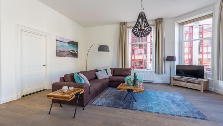 Large living room at City Hall Bridge Apartments - Citybase Apartments