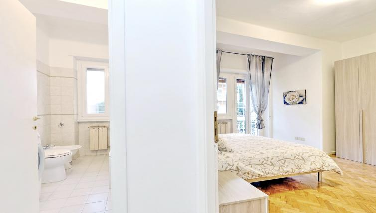 Double bed at Rodriguez Pereira Apartment - Citybase Apartments
