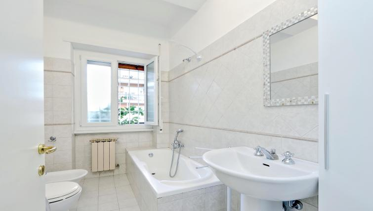 Bathroom at Rodriguez Pereira Apartment - Citybase Apartments