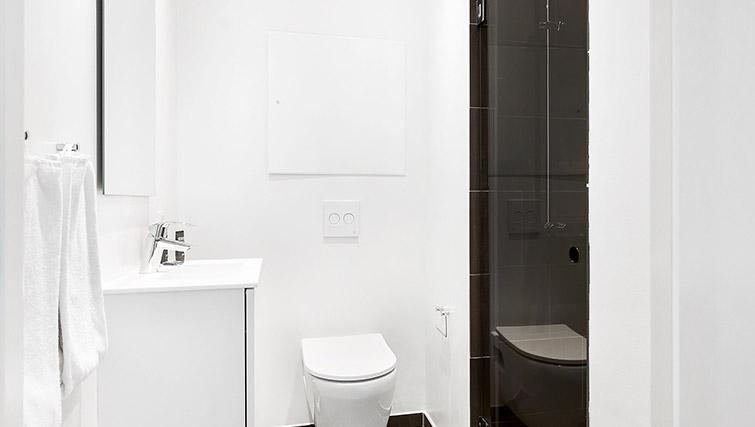 Family bathroom at Stay Seaport Apartments - Citybase Apartments
