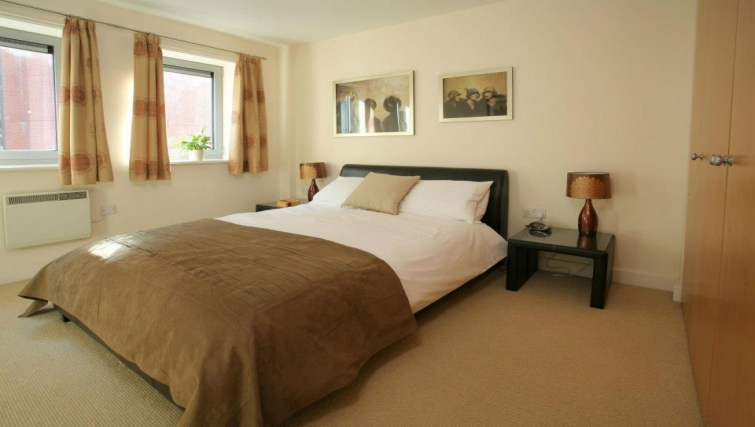 Cosy bedroom in Hamilton Court Apartments - Citybase Apartments
