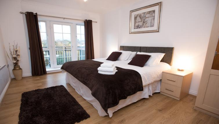Large bedroom at Riverside House Apartments - Citybase Apartments