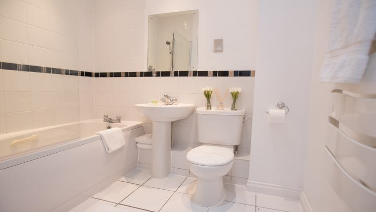Immaculate bathroom at Riverside House Apartments - Citybase Apartments