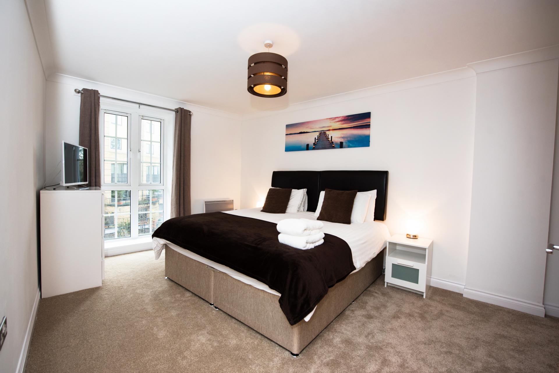 Grand bedroom at Riverside House Apartments - Citybase Apartments