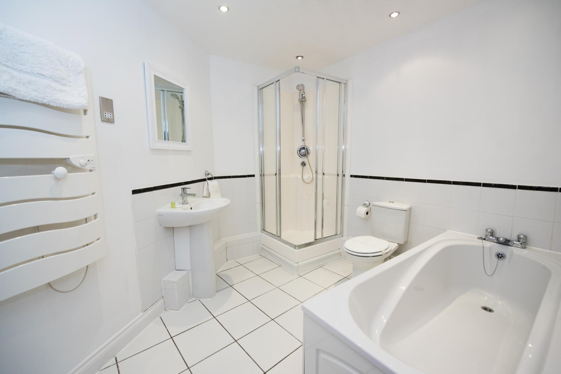 Spacious bathroom at Riverside House Apartments - Citybase Apartments
