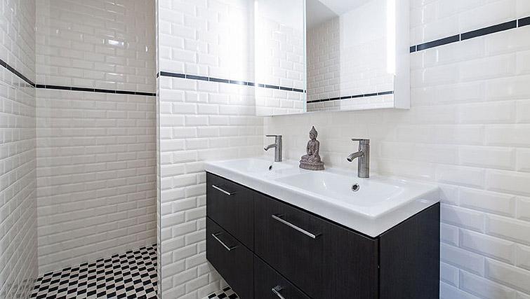 Bathroom at Vondelgarden Apartments, Amsterdam - Citybase Apartments
