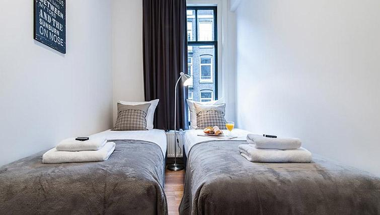 Twin beds at De Pijp Apartments, Amsterdam - Citybase Apartments