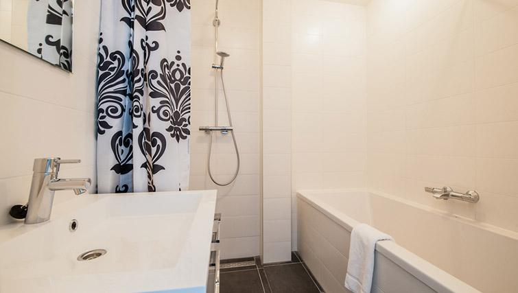 Full bathroom at De Pijp Apartments, Amsterdam - Citybase Apartments