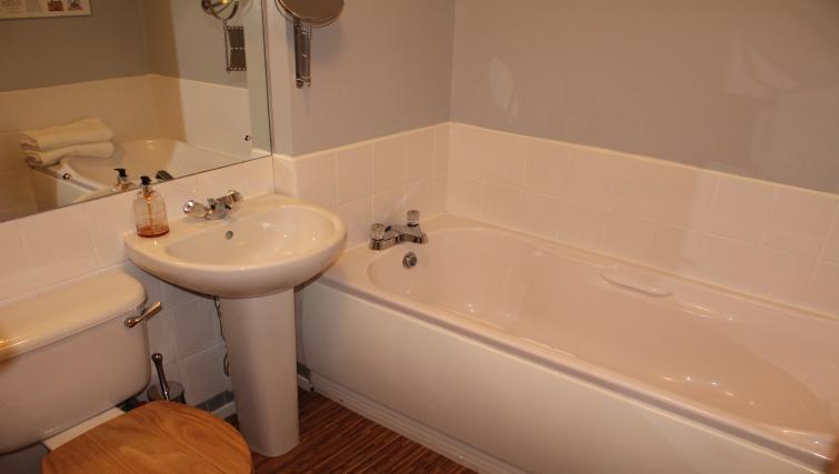 Bathrooma t Cutty Sark Apartment - Citybase Apartments