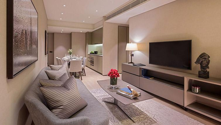Open plan living area at Oakwood Premier OUE Apartments, Singapore - Citybase Apartments