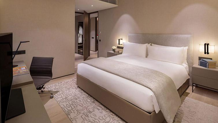 Master bedroom at Oakwood Premier OUE Apartments, Singapore - Citybase Apartments