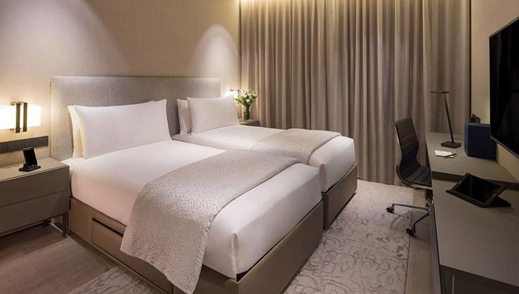 Twin beds at Oakwood Premier OUE Apartments, Singapore - Citybase Apartments